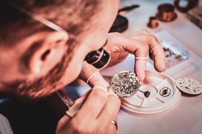 Eine hochwertige und präzise Uhr herzustellen ist sehr aufwändig. Weltweit sind deutsche Marken sowie Uhren aus der Schweiz besonders beliebt.