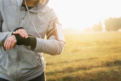 Jogger mit Smartwatch, mit dem Handy verbunden